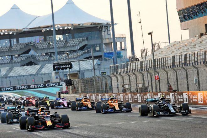 2020年F1第17戦アブダビGP決勝スタート フロントロウのマックス・フェルスタッペン(レッドブル・ホンダ)とバルテリ・ボッタス(メルセデス)