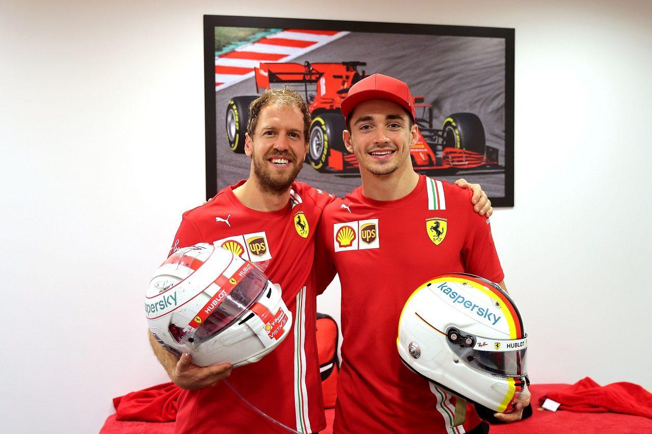 2020年F1第17戦アブダビGP セバスチャン・ベッテルとシャルル・ルクレール(フェラーリ)がヘルメット交換
