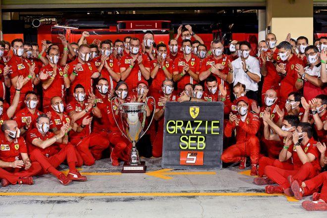 2020年F1第17戦アブダビGP フェラーリを去るセバスチャン・ベッテルと記念撮影をするチームメンバーたち