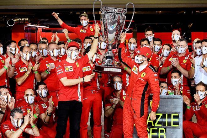2020年F1第17戦アブダビGP フェラーリのチームメンバーがセバスチャン・ベッテルに記念のトロフィーをプレゼント