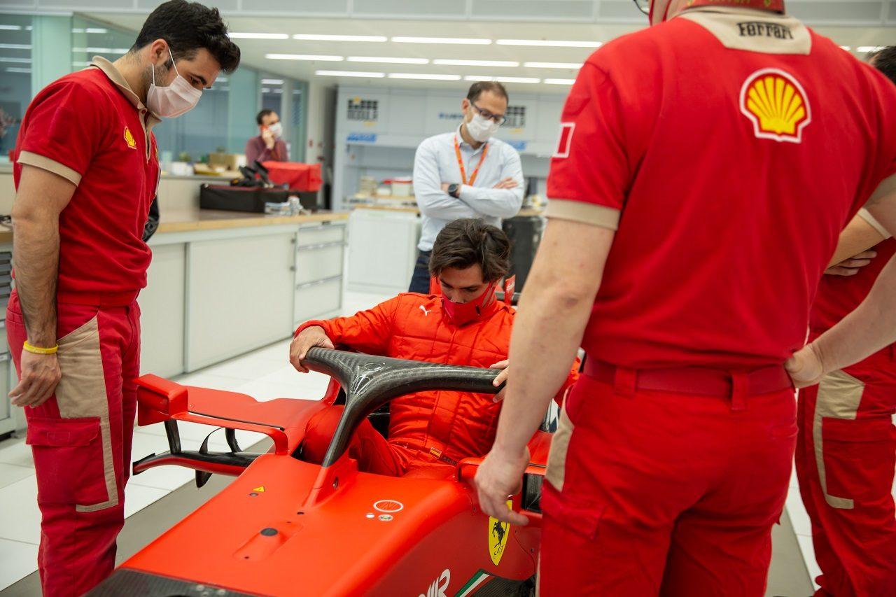 フェラーリのファクトリーでシート合わせをするカルロス・サインツJr.