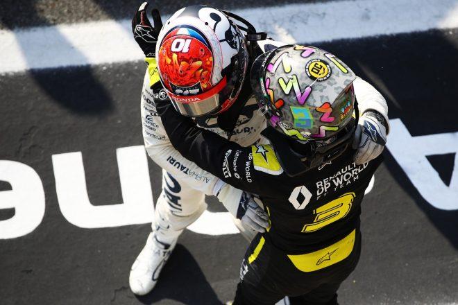 2020年F1イタリアGP 優勝したピエール・ガスリー(アルファタウリ・ホンダ)を祝福するダニエル・リカルド(ルノー)
