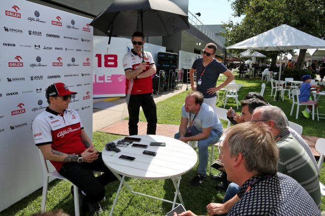 2020年F1オーストラリアGP木曜 取材を受けるキミ・ライコネン(アルファロメオ)