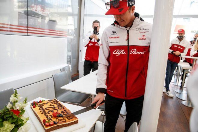 2020年F1アイフェルGPで323戦出走に到達、チームから祝福を受けるキミ・ライコネン(アルファロメオ)
