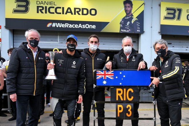 2020年F1アイフェルGP ダニエル・リカルドの3位表彰台を祝うルノー首脳陣(中央がシリル・アビテブール)