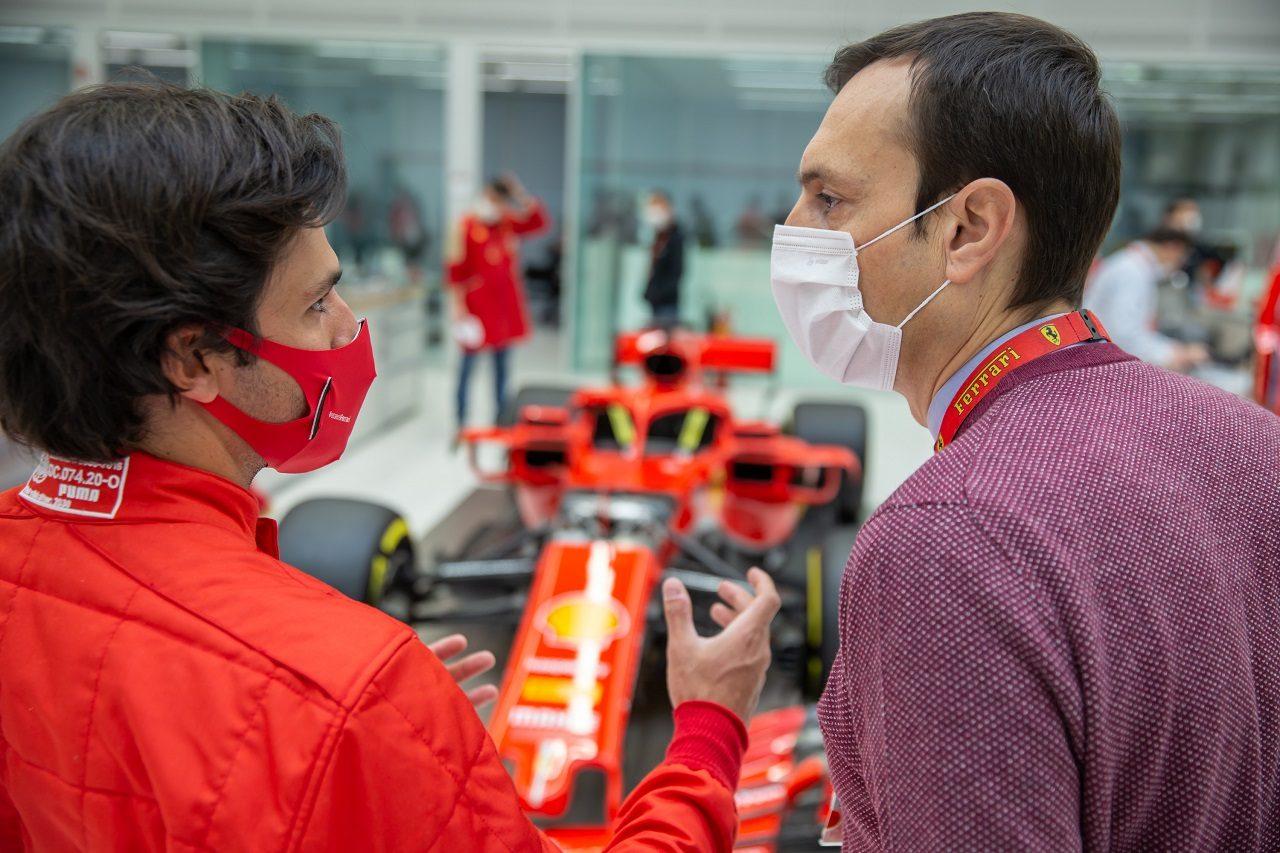 シート合わせのためフェラーリを訪れたカルロス・サインツJr.