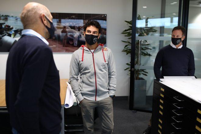 レッドブル・レーシングのファクトリーで、チーム代表クリスチャン・ホーナー、チーフテクニカルオフィサーであるエイドリアン・ニューウェイと会話するセルジオ・ペレス