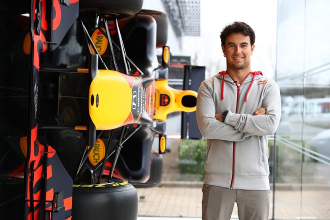 セルジオ・ペレスがレッドブル・レーシングのファクトリーで作業を開始