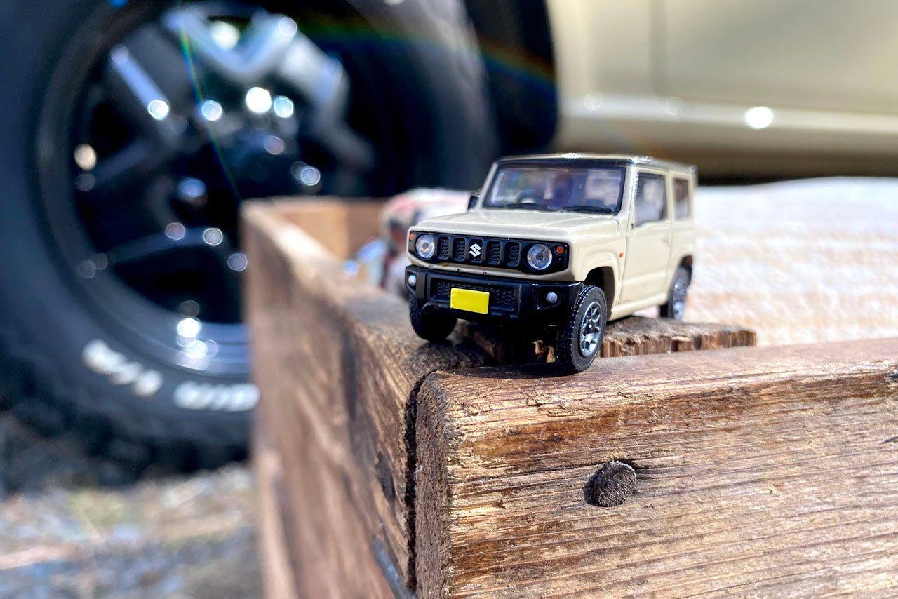 大人気SUV『スズキ・ジムニー』を京商がモデル化。ミニカーの遊び方を提案したマガジンも同封
