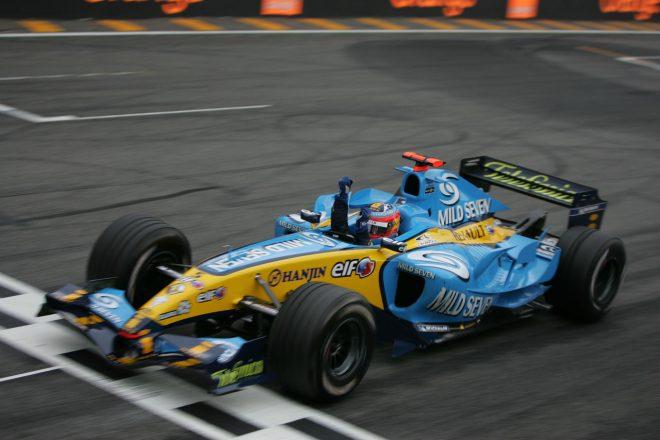 2005年、ルノーから参戦していたアロンソは年間19戦中、7度の優勝を含む15回の表彰台を獲得。当時、F1史上最年少でのチャンピオンに輝いた。