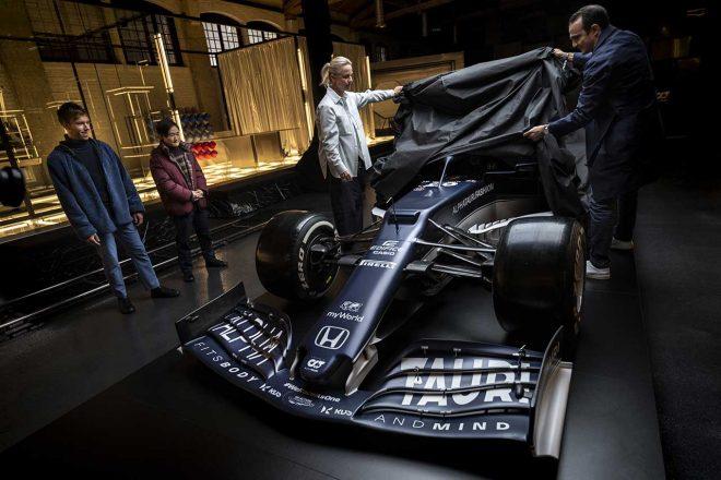 ピエール・ガスリーと角田裕毅が見守るなか、アンベイルされた2021年型マシン『AT02』