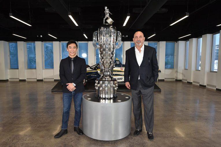 海外レース他 | 佐藤琢磨、インディ500ウイナーに与えられるボルグ・ワーナー・トロフィーの除幕式に出席