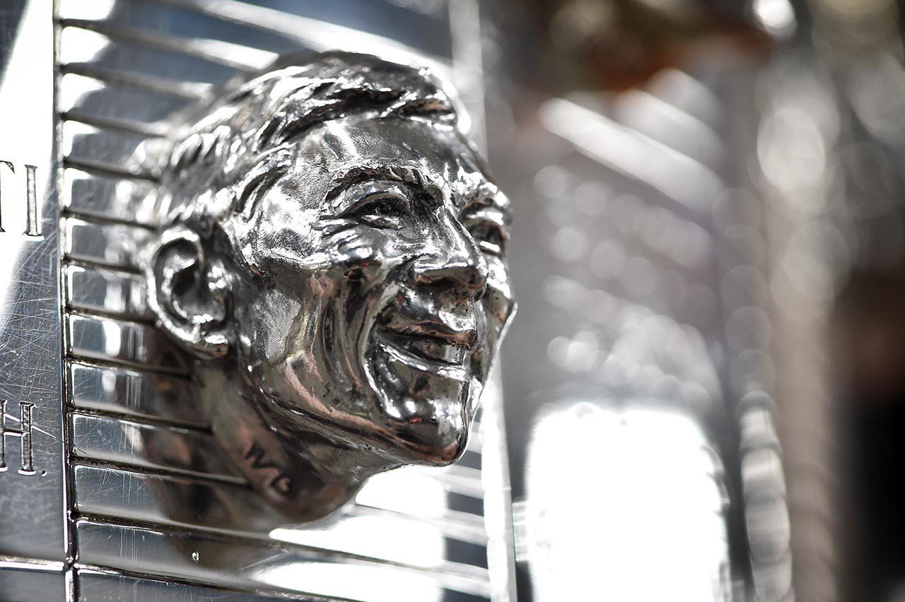 佐藤琢磨、インディ500ウイナーに与えられるボルグ・ワーナー・トロフィーの除幕式に臨む