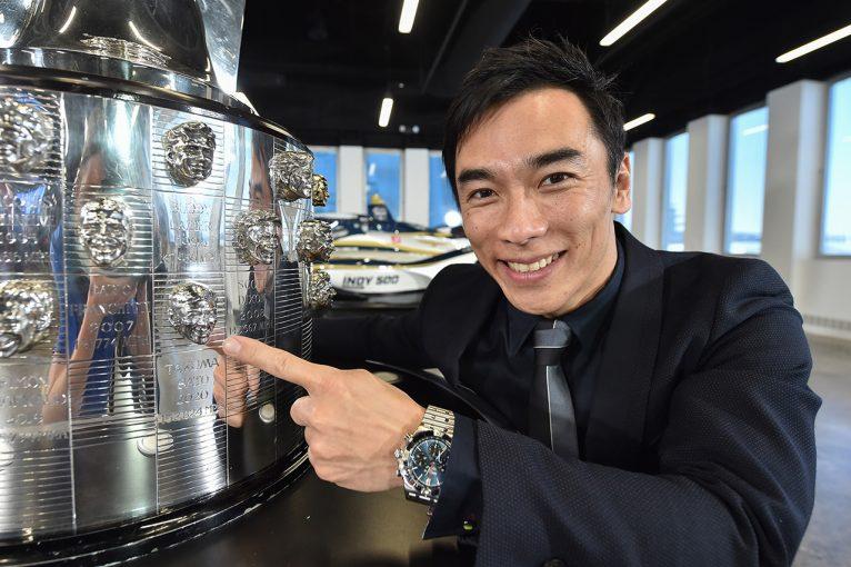 海外レース他 | 佐藤琢磨の2個目の顔が刻まれたインディ500優勝トロフィーがお披露目「チームは良い勢いなので今年も頑張りたい」