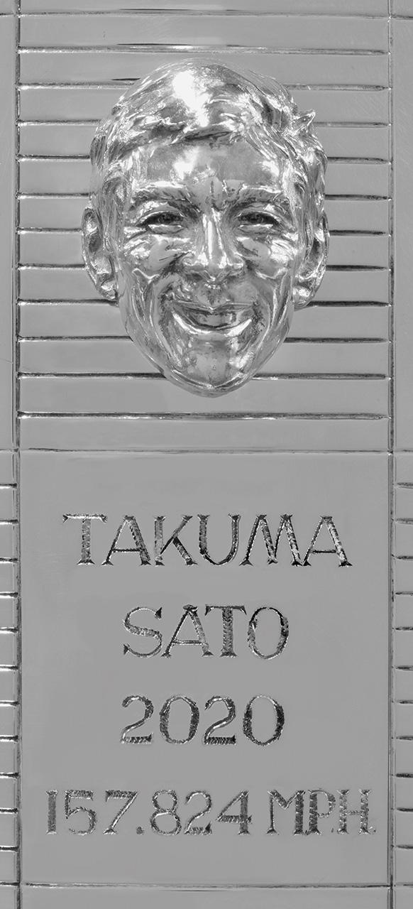 佐藤琢磨の2個目の顔が刻まれたインディ500優勝トロフィーがお披露目「チームは良い勢いなので今年も頑張りたい」