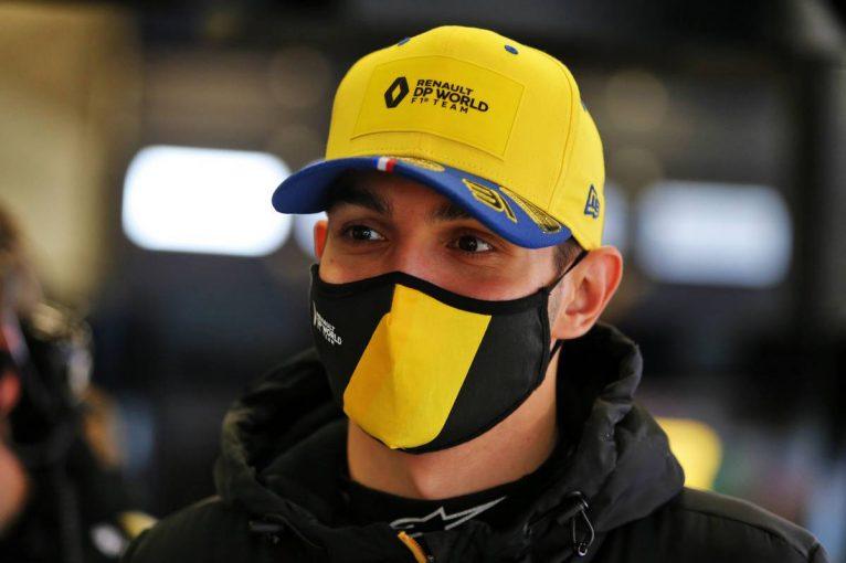 F1 | オコンがポール・リカールでテスト走行。アルピーヌF1の冬仕様カラーリングの旧型車をドライブ