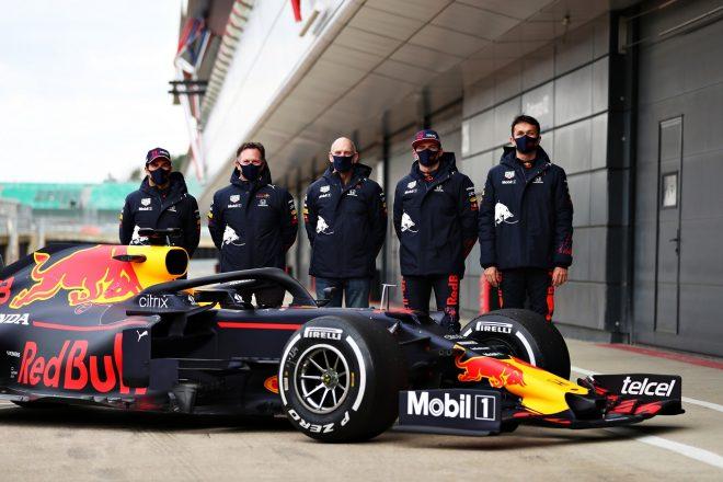 レッドブルF1の2021年型『RB16B』のシェイクダウンに出席したセルジオ・ペレス、クリスチャン・ホーナー(チーム代表)、エイドリアン・ニューウェイ(テクニカルディレクター)、マックス・フェルスタッペン、アレクサンダー・アルボン
