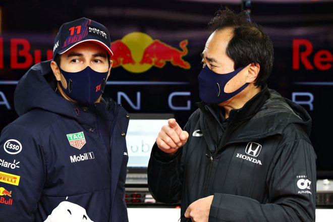 レッドブルの2021年フィルミングデーでのセルジオ・ペレスとホンダF1田辺豊治テクニカルディレクター
