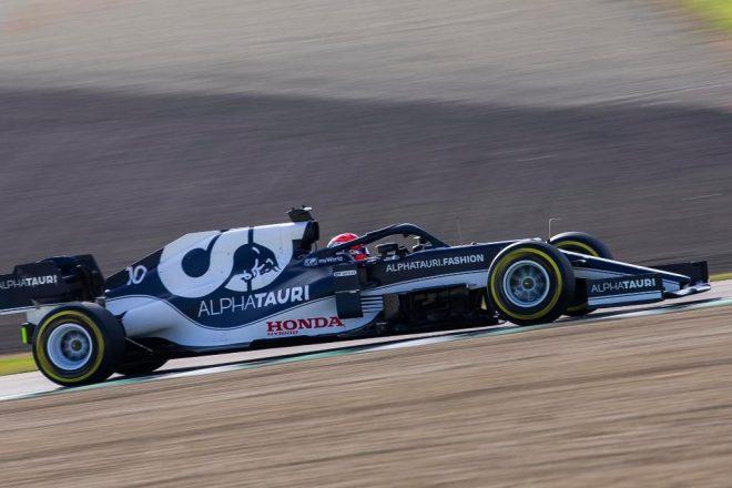 アルファタウリF1のフィルミングデーで2021年型『AT02』を走らせるピエール・ガスリー
