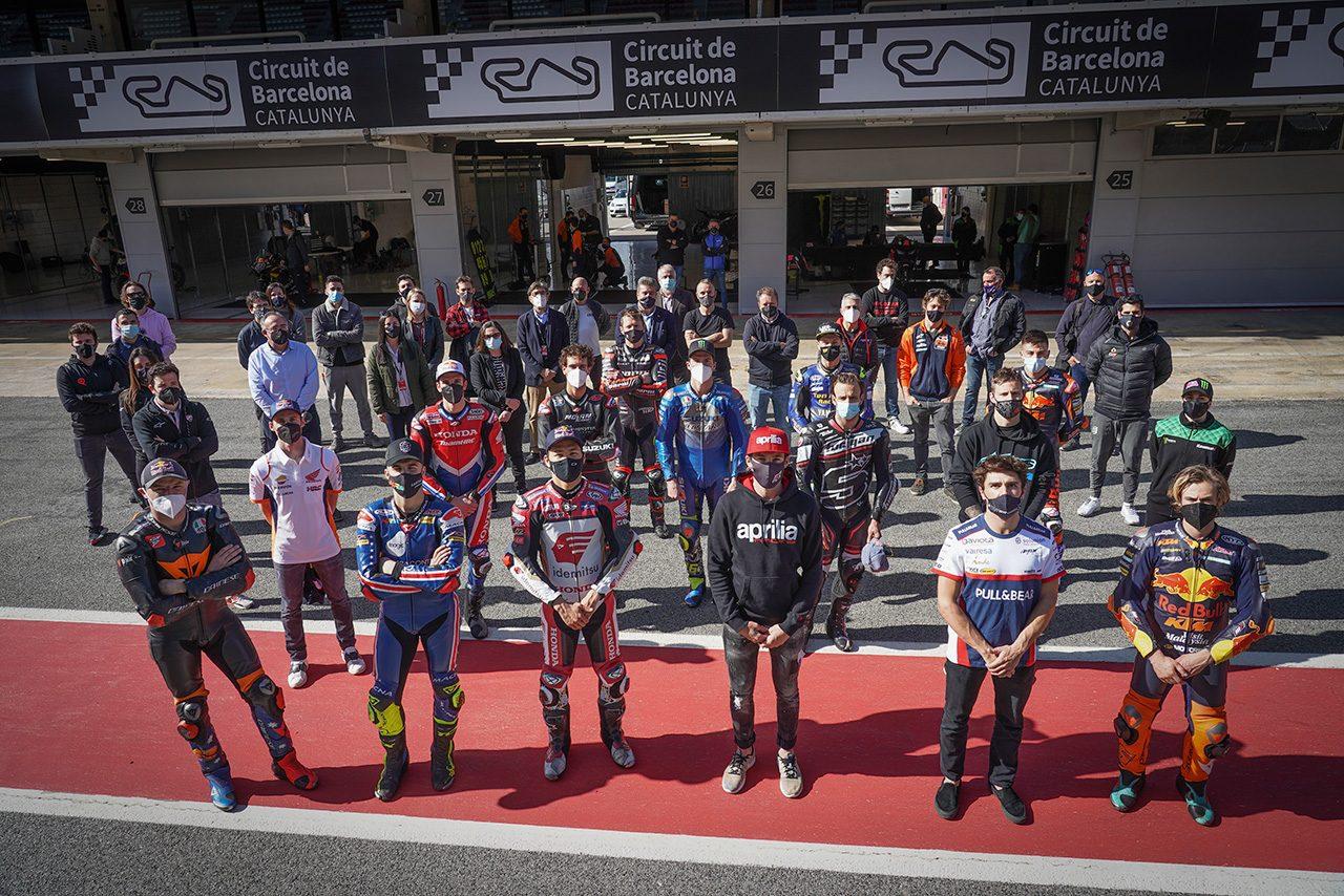 MotoGPライダーたちがカタロニア・サーキットで新10コーナーを確認。故グレシーニ氏を偲ぶ黙祷も
