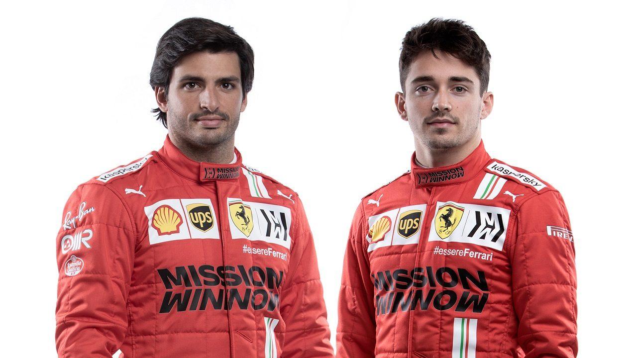 フェラーリF1の2021年レーシングスーツを着用したカルロス・サインツJr.とシャルル・ルクレール