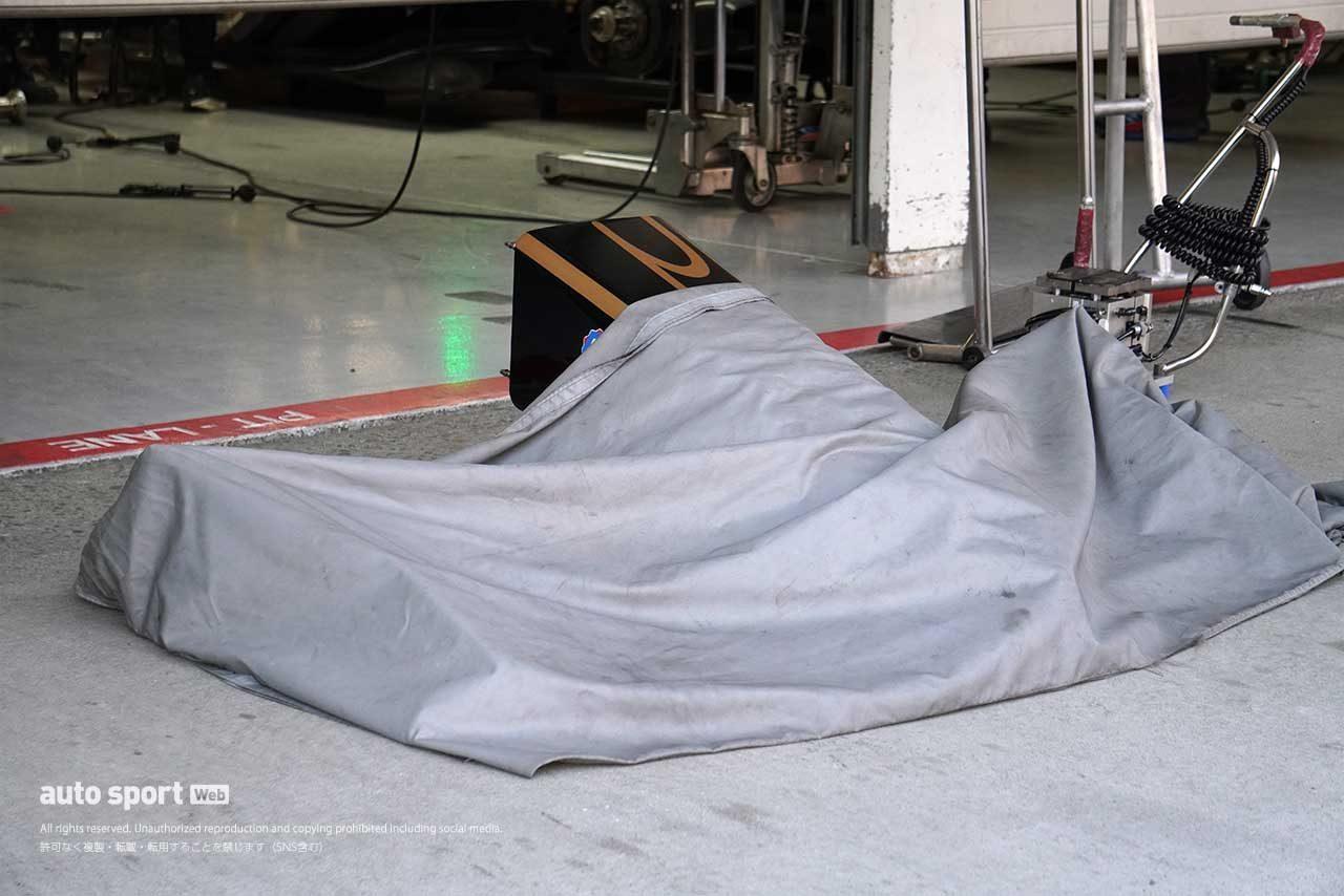 carenex TEAM IMPULのフロントウイングはカバーで覆われていた
