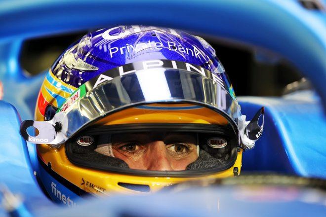 2021年F1プレシーズンテストを前に、アルピーヌA521に乗り込み、準備を行うフェルナンド・アロンソ