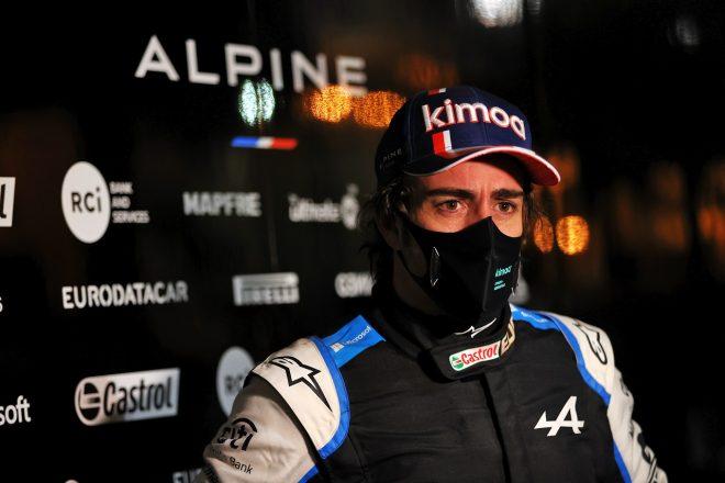 2021年F1プレシーズンテスト2日目 インタビューに応じるフェルナンド・アロンソ(アルピーヌ)