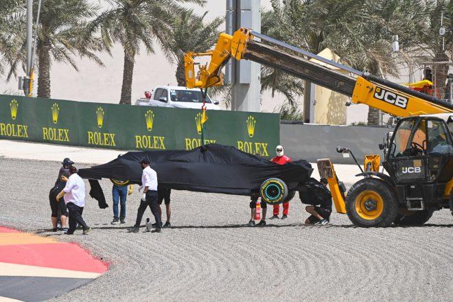 2021年F1プレシーズンテスト ルイス・ハミルトン(メルセデス)がスピン、回収されるマシン