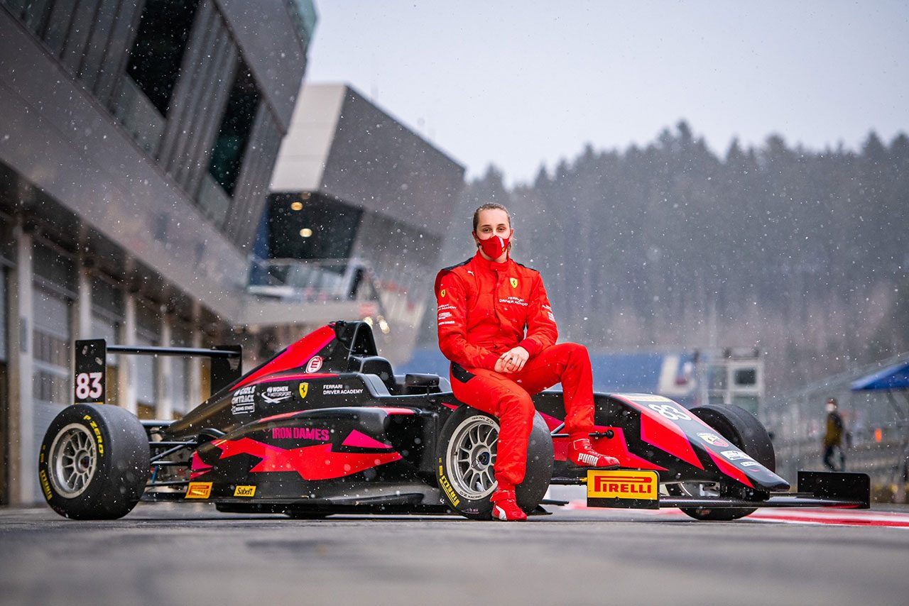 フェラーリ・ドライバー・アカデミー(FDA)に加入したマヤ・ウィーグ