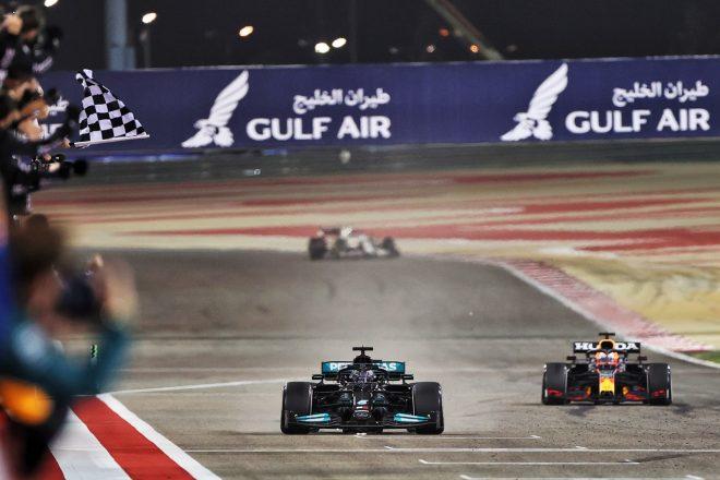 2021年F1第1戦バーレーンGP チェッカーを受けるルイス・ハミルトン(メルセデス)とマックス・フェルスタッペン(レッドブル・ホンダ)