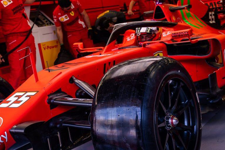 F1 | ピレリF1がバーレーンで18インチタイヤのテスト。フェラーリのサインツ&ルクレールが走行