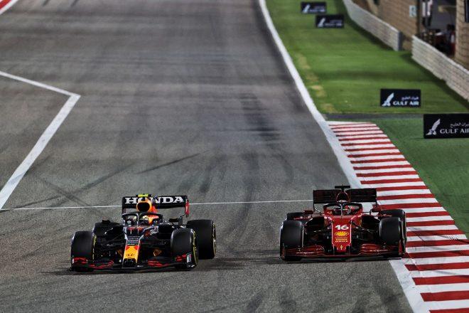 2021年F1第1戦バーレーンGP セルジオ・ペレス(レッドブル・ホンダ)とシャルル・ルクレール(フェラーリ)