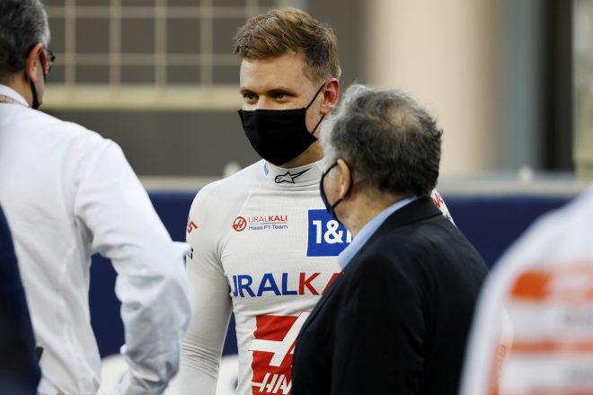 2021年F1第1戦バーレーンGP 決勝前にFIA会長ジャン・トッドと会話をかわすミック・シューマッハー(ハース)