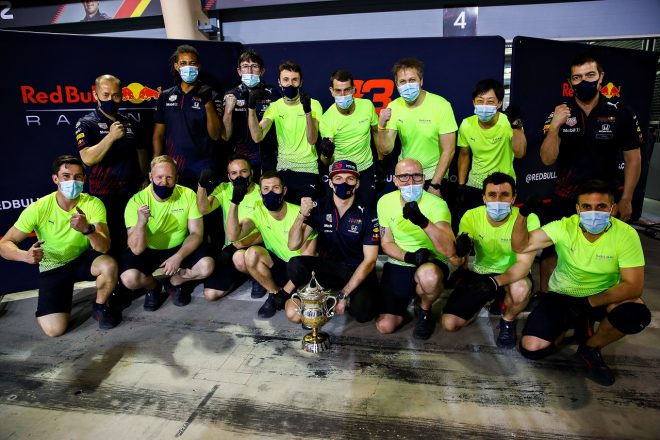 2021年F1第1戦バーレーンGP マックス・フェルスタッペン(レッドブル・ホンダ)とチームが2位表彰台を祝う