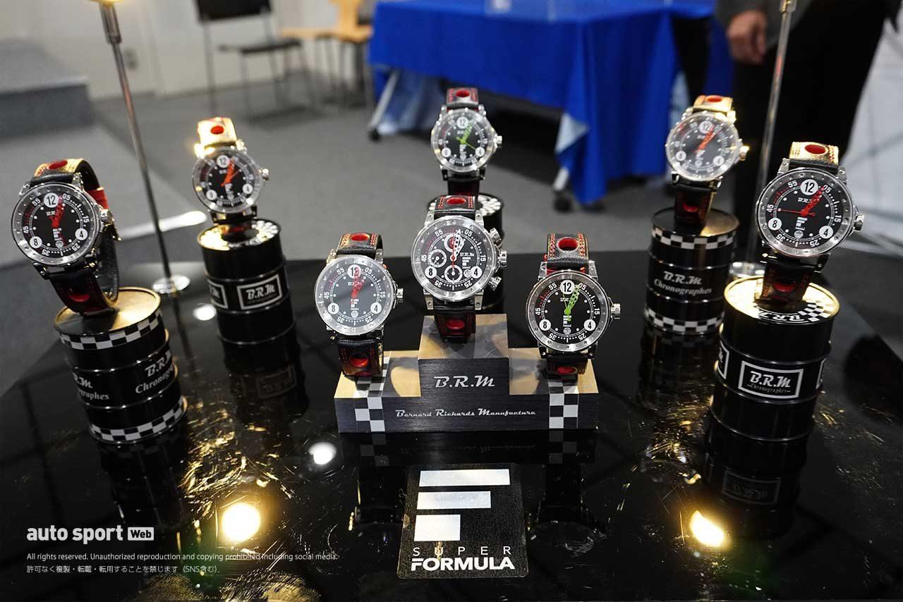 『B.R.MシリーズチャンピオンAWARD』と『B.R.MポールポジションAWARD』で授与される特製記念クロノグラフ時計