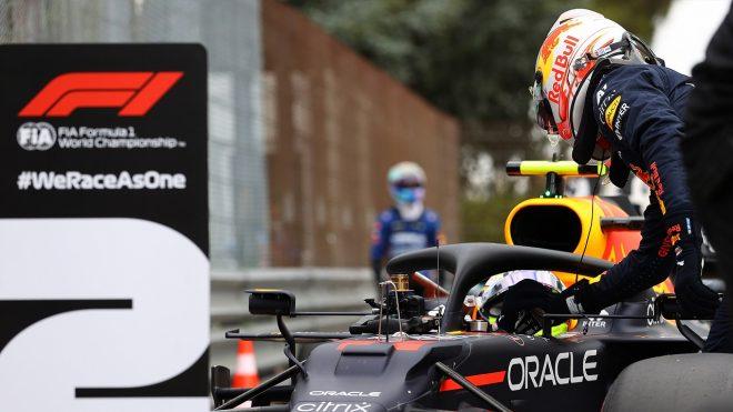 2021年F1第2戦エミリア・ロマーニャGP マックス・フェルスタッペン(レッドブル・ホンダ)が予選2番手のセルジオ・ペレス(レッドブル・ホンダ)を祝福