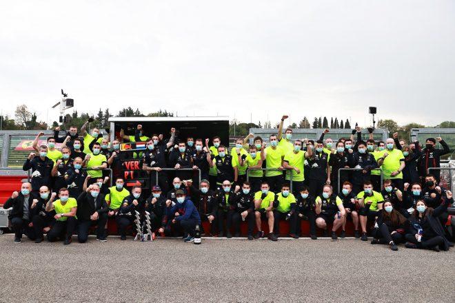 2021年F1第2戦エミリア・ロマーニャGP マックス・フェルスタッペン(レッドブル・ホンダ)優勝でチームが記念撮影