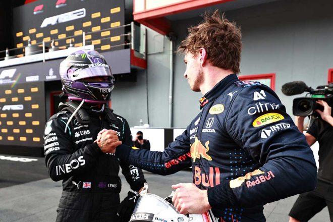 2021年F1第2戦エミリア・ロマーニャGP レース後に健闘を称え合うマックス・フェルスタッペン(レッドブル・ホンダ)とルイス・ハミルトン(メルセデス)