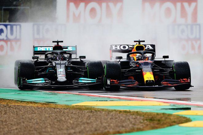 2021年F1第2戦エミリア・ロマーニャGP スタート直後に順位を争うマックス・フェルスタッペン(レッドブル・ホンダ)とルイス・ハミルトン(メルセデス)