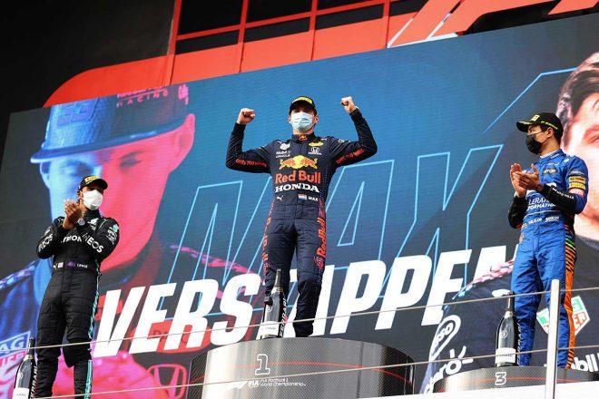 2021年F1第2戦エミリア・ロマーニャGP 表彰台でのマックス・フェルスタッペン(レッドブル・ホンダ)、ルイス・ハミルトン(メルセデス)、ランド・ノリス(マクラーレン)