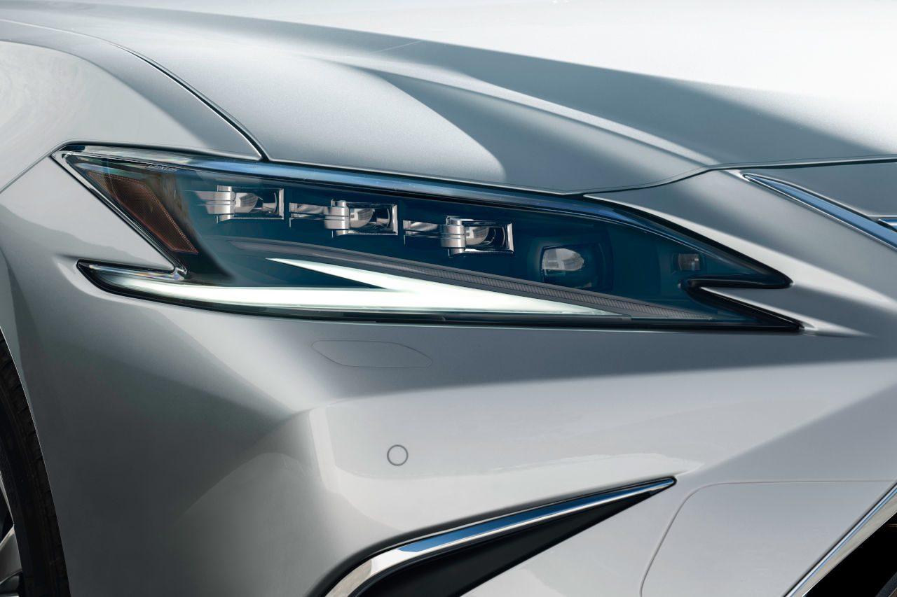 新型『レクサスES』が世界初公開。デザインやブランドの原点である乗り心地が進化