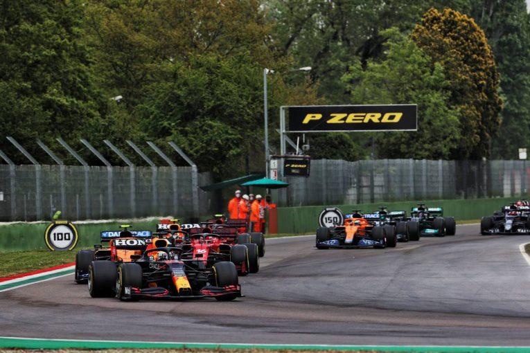 F1   FIAレースディレクター、ローリングスタートでのレース再開は路面状況を考慮しての判断だったと説明/F1第2戦