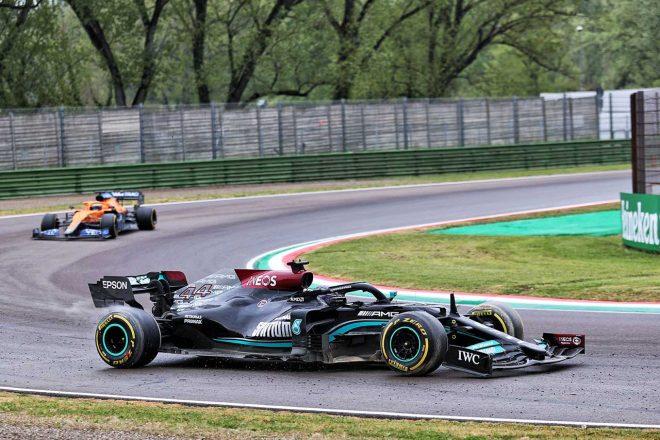 2021年F1第2戦エミリア・ロマーニャGP バックギアを使いコースに復帰するも、フロントウイングにダメージを負ったルイス・ハミルトン(メルセデス)