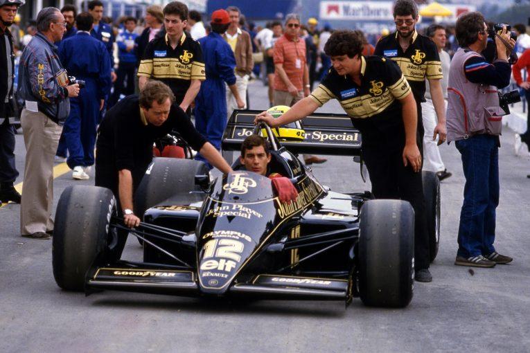 F1 | F1アーティストのポール・オズ、アイルトン・セナ初優勝を偲ぶブロンズ像を発表