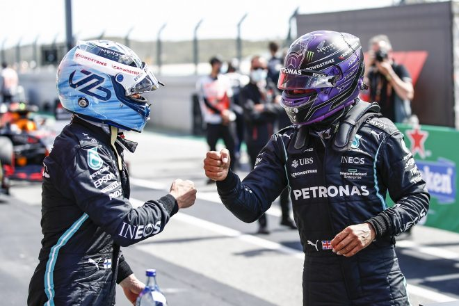 2021年F1第3戦ポルトガルGP ルイス・ハミルトンがポールのバルテリ・ボッタスを祝福(メルセデス)