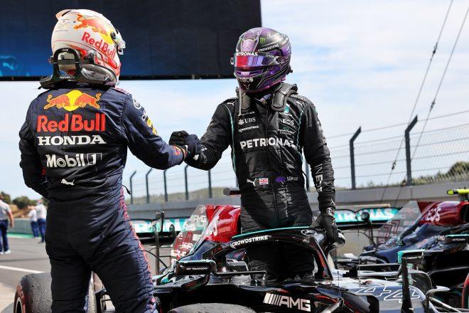 2021年F1第3戦ポルトガルGP 決勝後に健闘を称えあうルイス・ハミルトン(メルセデス)とマックス・フェルスタッペン(レッドブル・ホンダ)