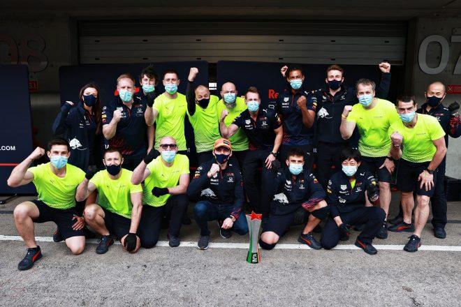 2021年F1第3戦ポルトガルGP マックス・フェルスタッペン(レッドブル・ホンダ)と2位獲得を祝うチーム