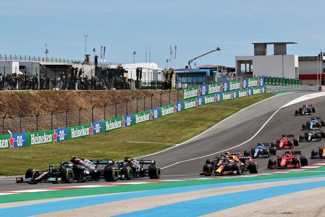 2021年F1第3戦ポルトガルGP スタート直後のバルテリ・ボッタスとルイス・ハミルトン(メルセデス)