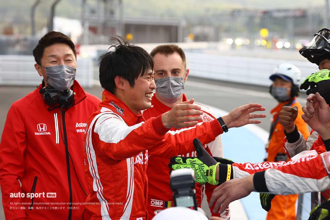 パルクフェルメで優勝を喜び、笑顔を見せた塚越広大(Astemo NSX-GT)